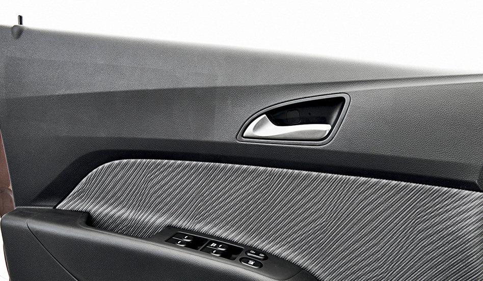 Pino na porta do Hyundai HB20 é um contraste com seu design. Crédito da foto: QuatroRodas