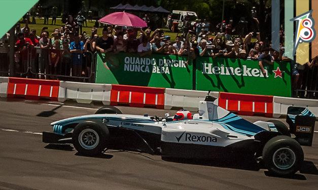 Uma Williams Fórmula 1 correndo em Porto Alegre